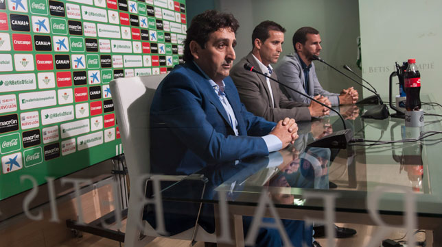 Pedro Buenaventura, coordinador de la cantera del Betis, junto a Merino y Capi