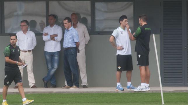 Lolo Reyes habla con Julio Velázquez en presencia de Platas, Alexis, Calero y Antequera