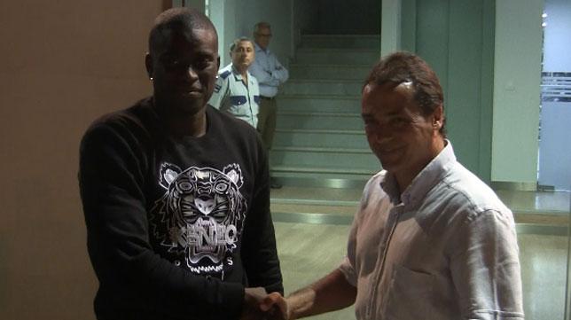 Alfred Ndiaye saluda a Alexis a su llegada al Villamarín
