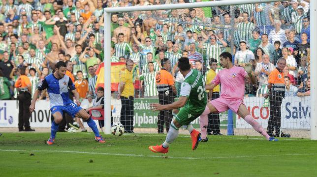 Rubén Castro dispara a portería del Sabadell en la jugada del primer gol bético