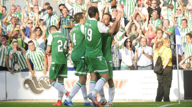 Rubén Castro, Molina, Xavi Torres y Matilla celebran el segundo gol bético en Sabadell. Foto: Ines Baucells (ABC)