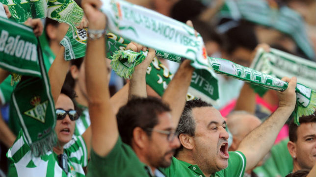 La afición, animando en el Betis-Mirandés (Foto: J. J. Úbeda)