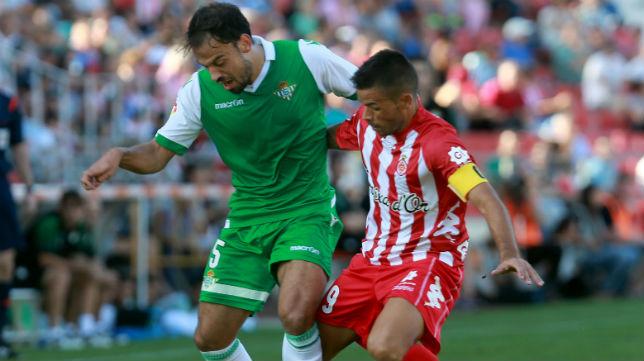 Matilla pelea un balón con un futbolista del Gerona. FOTO: David Borrat