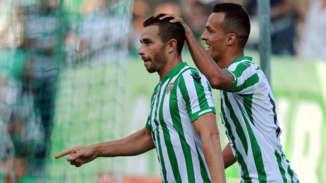 Kadir felicita a Rubén Castro por uno de sus goles