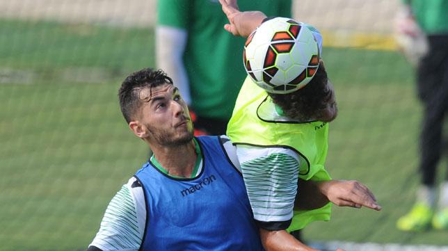 Sergio y Dani Ceballos saltan por un balón