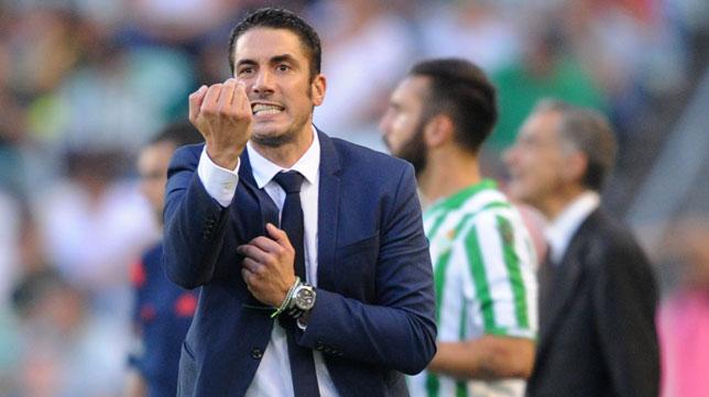 Julio Velázquez da instrucciones durante el partido frente al Mirandés. FOTO: J.J. Úbeda