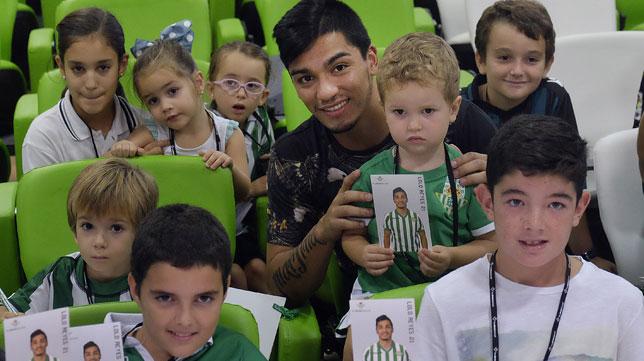 Lolo Reyes, rodeado de niños