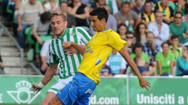 Perquis trata de cortar un avance del contrario en el partido contra Las Palmas de la temporada 2014/15 (Foto: J.J. Ubeda)