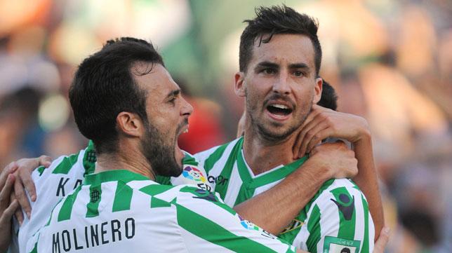 Rennella celebra un gol con Molinero