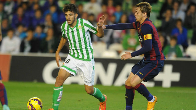 Dani Ceballos controla el balón ante el jugador del Barcelona B Patric (Foto: J. J. Ubeda)