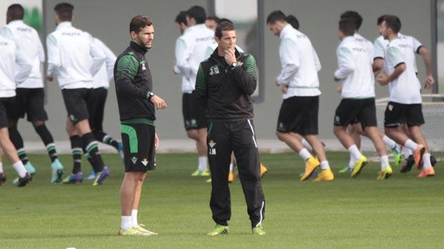 Merino, junto a Capi, durante el entrenamiento del Betis