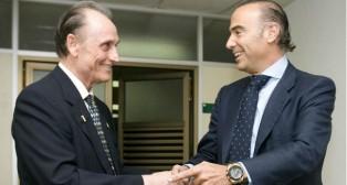 Luis Oliver estrechando la mano de Ruiz de Lopera