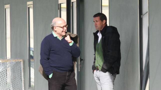 Juan Carlos Ollero, acompañado de Juan Merino, en la ciudad deportiva (Foto: Rocío Ruz)