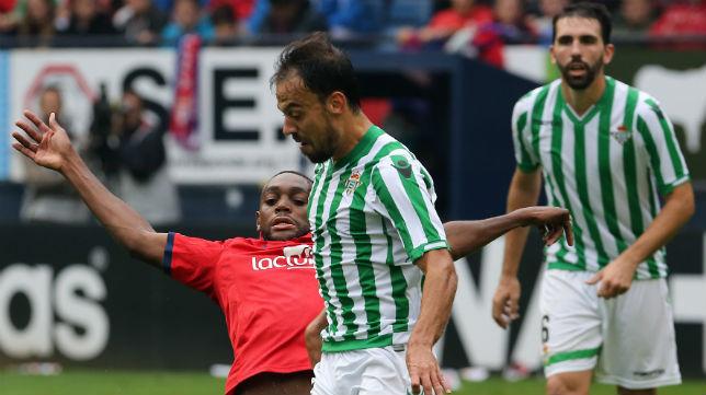 Matilla recibe la entrada del jugador del Osasuna Loe