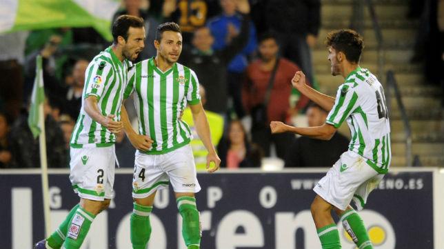 Rubén Castro celebra con Bruno y Dani Ceballos el gol logrado ante el Barcelona B (Foto: J. J. Ubeda)