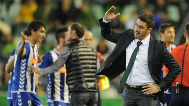 Julio Velázquez muestra su enfado en el partido contra el Alavés (Foto: J. J. Ubeda)