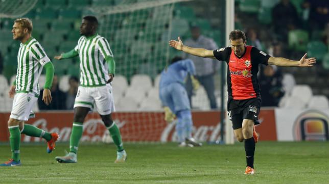 El futbolista del Almería Mané celebra su gol ante el Betis en la Copa del Rey