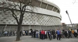 Aficionados del Betis hacen cola en las taquillas del Benito Villamarín (Foto: Juan Flores)