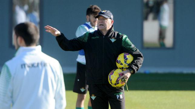 Pepe Mel hace indicaciones a sus jugadores en el entrenamiento (Foto: J.J. Úbeda)