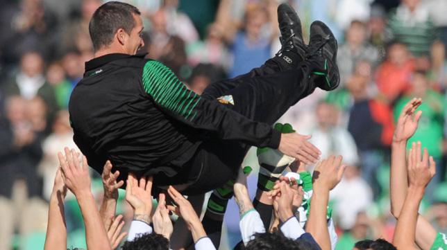 Merino, en el momento de ser manteado por los jugadores del Betis (Foto: J.J. Úbeda)