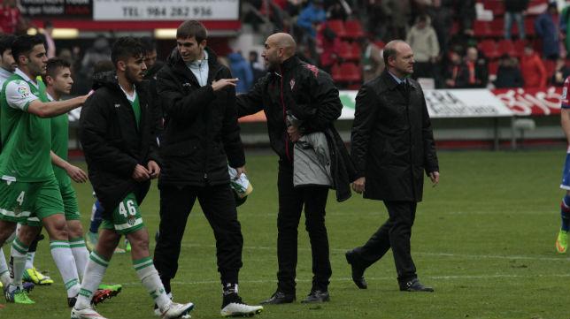 Mel y los jugadores celebran el triunfo logrado en Gijón (Foto: Jorge Peteiro)