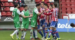 Bruno, Jordi Figueras y Cejudo, en el Sporting-Betis (Foto: Jorge Peteiro)