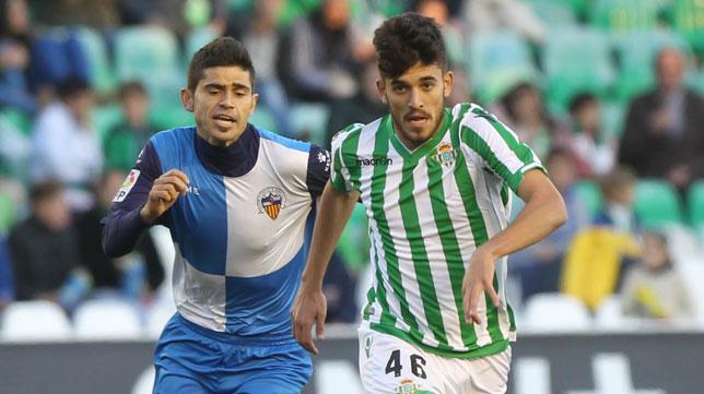 Dani Ceballos supera al jugador del Sabadell, Antonio Hidalgo (Foto: Raúl Doblado)
