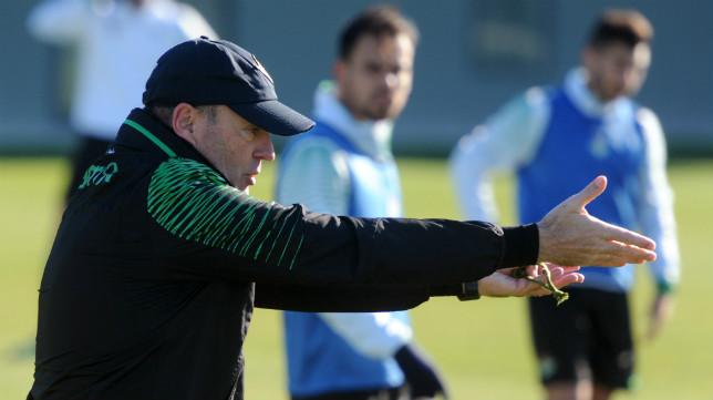 Mel, pendiente de los fichajes, realiza gestos en un entrenamiento del Betis