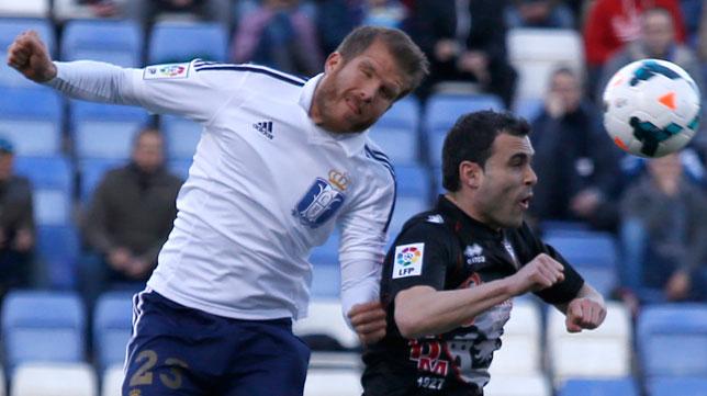 Morcillo pelea un balón por alto en un Recreativo-Mirandés (Foto: Alberto Díaz)
