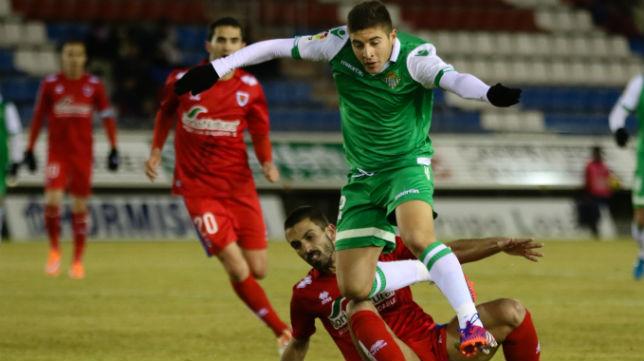 Portillo salta por encima de Isidoro en el partido ante el Numancia (Foto: Óscar J. Barroso)