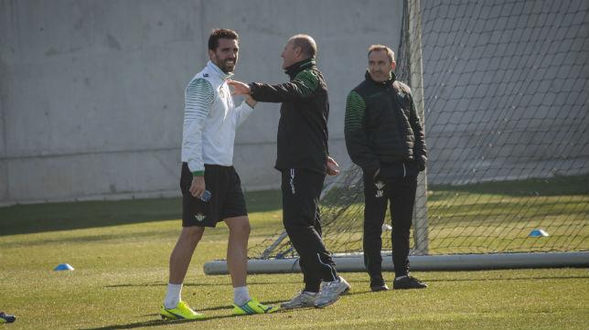 Mel y Jordi Figueras, en un entrenamiento del Betis (Foto: Millán Herce)