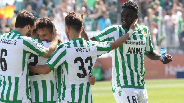 Varios jugadores del Betis celebran uno de los goles logrados ante el Valladolid (Foto: Raúl Doblado)