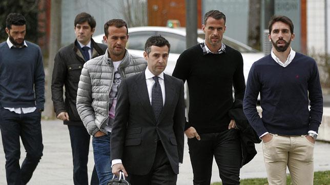 Jordi Figueras, Antonio Amaya y Jorge Molina, entrando en los juzgados de Pamplona (Foto: EFE)