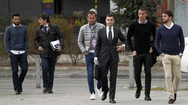 Jordi Molina, Antonio Amaya y Jorge Molina, entrando en los juzgados de Pamplona (Foto: EFE)