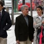 José León, con sus abogados entrando en juicio (Foto: Raúl Doblado)