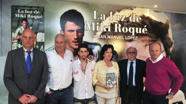 Tomás Calero, Juan Carlos Ollero y Pepe Mel, con la familia de Miki Roqué en la presentación de un libro sobre él (Foto: J. J. Úbeda)