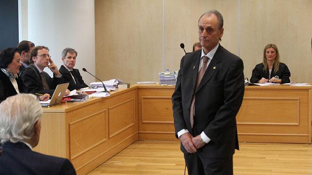 Lopera, tras declarar, se cruza con Galera (Foto: Raúl Doblado).