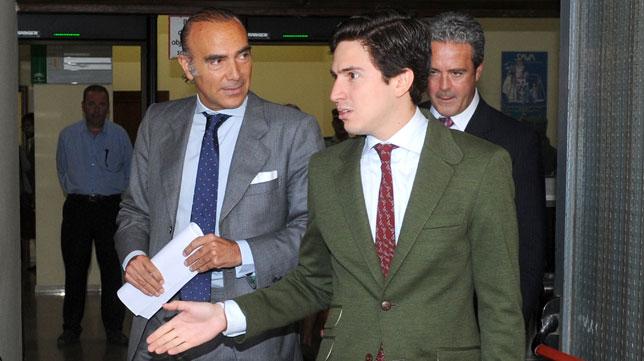 Luis Oliver sale junto a su abogado de los juzgados de Sevilla (J.J. Úbeda)