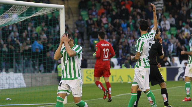 Rubén Castro y Rennella se lamentan durante el partido ante el Leganés (Foto: Raúl Doblado)
