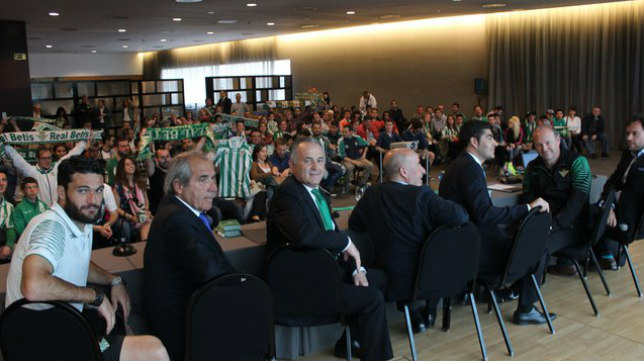 Encuentro con los béticos de Cataluña en 2015 (Foto: Real Betis)