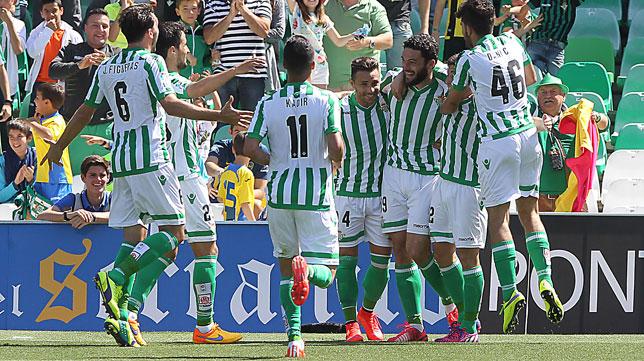 Los jugadores del Betis celebran uno de los goles al Zaragoza (Foto: Raúl Doblado)