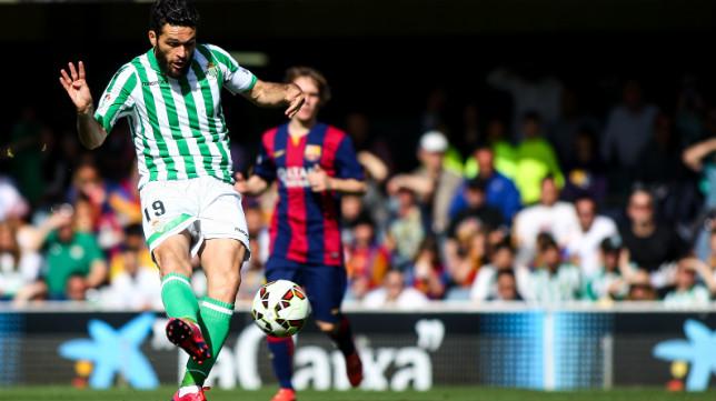 Jorge Molina tira a portería en el Barça B - Betis