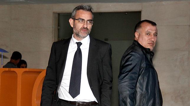 Eduardo Macià, a su salida del hotel antes de partir hacia el Villamarín (Foto: J.M. Serrano)