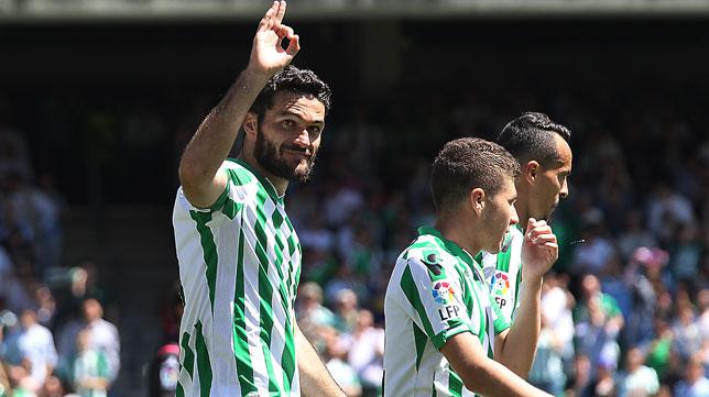 Jorge Molina celebra su segundo gol al Zaragoza (Foto: Raúl Doblado)