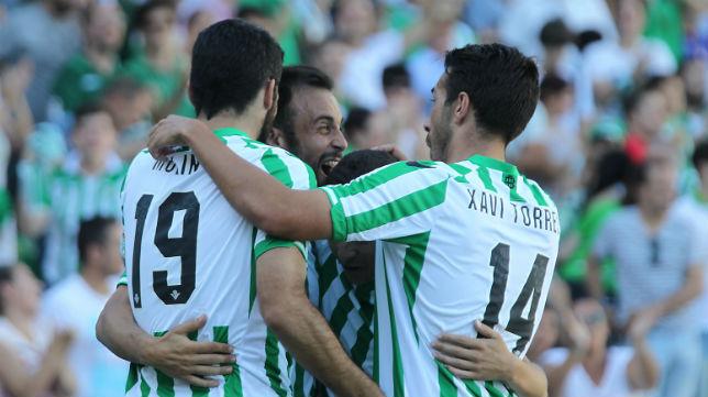 Varios jugadores del Betis celebran uno de los goles anotados ante el Lugo (Foto: Raúl Doblado)