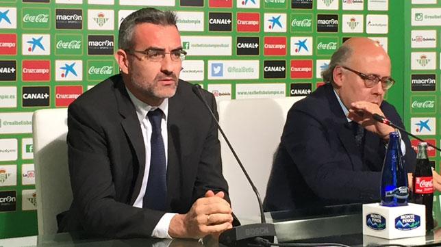 Macià, junto a Ollero, en la sala de prensa.