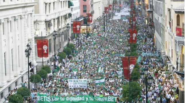 Imagen de la manifestación del 15-J en la que se pidió la salida de Lopera del Betis