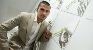 Juanito posa para ABC en el Benito Villamarín (Foto: J. J. Úbeda)