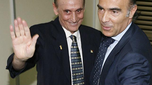 Manuel Ruiz de Lopera y Luis Oliver se saludan tras pactar la compraventa (Foto: Raúl Doblado)