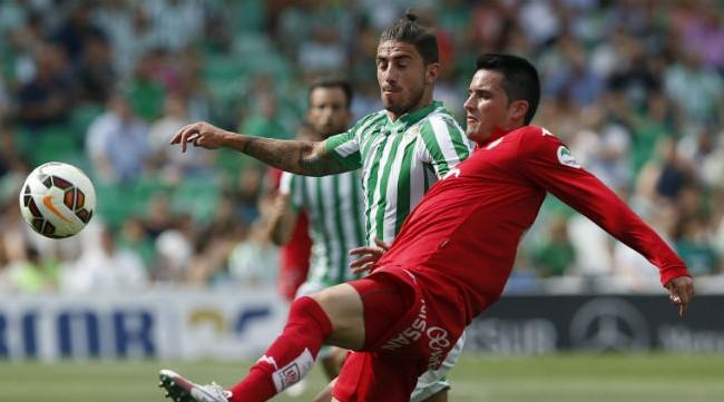Piccini disputa un balón con un jugador del Sporting